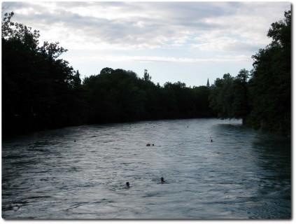 Aareschwimmer treiben in Richtung Marzilibad