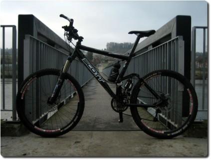Mein Mountainbike vor dem Aaresteg