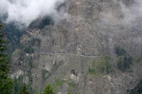 Auf der anderen Talseite - Felsenweg unterhalb  Äntschiaentschi