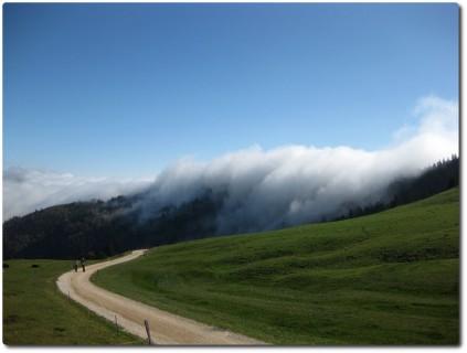 Der Nebel drückt über die Jurakette