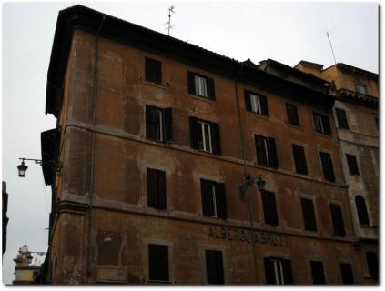 Ziemlich schäbige Fassade des Albergo Bruzzi