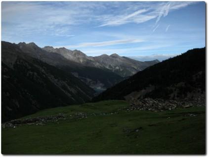 Blick von der Alpe del Gallo zur Staumauer des Lago di Livigno