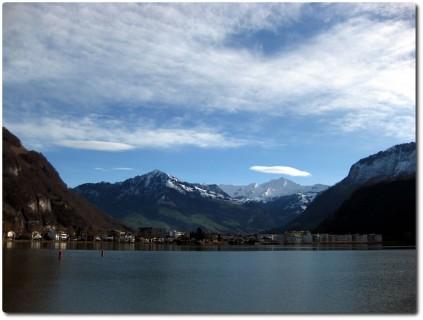 Am Ufer des Vierwaldstättersees - Berge mit Ufowolken