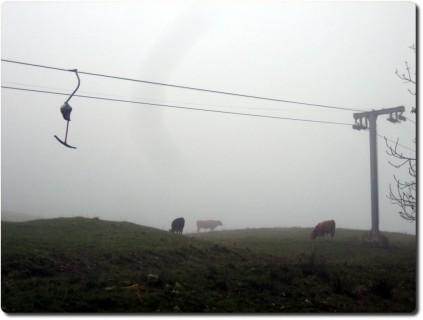 Skilift Balm im Nebel