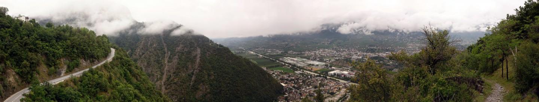 Blick auf Sierre und Strasse ins Val d'Anniviers