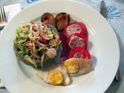 Artischockenboden, Salat und Wachteleier