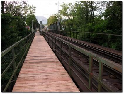 Neuer Bretter auf der Eisenbahnbrücke
