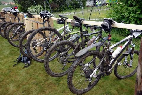 Matschige Bikes am Verpflegungsposten