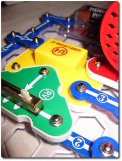 Elektrobaukasten Snap Circuits Nahansicht 01