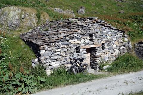 Typische Alphütte der Region
