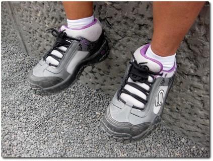 Jungebliebene Begleiterin mit Five-Ten Schuhen