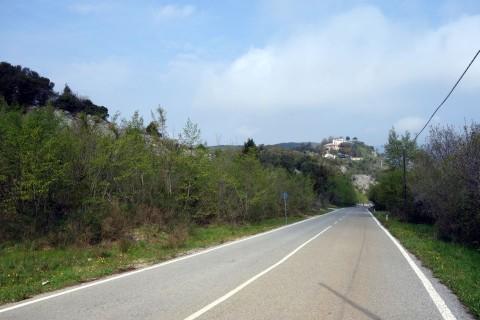 Anfahrt nach Borghi auf Asphalt