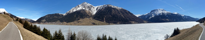 Panorama gefrorener Reschensee