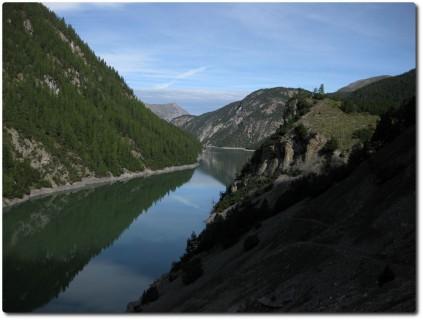 In Richtung Passo di Fraéle - erste Schlüsselstelle und Blick auf den Stausee