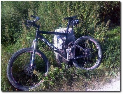 Mountainbike und Grenzstein