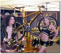 Babes mit dem GT Golden Bike