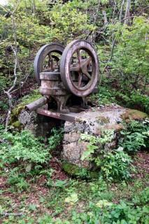 Alte Pumpe im Wald bei Hauberg