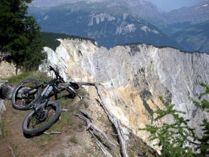 Mountainbike am Abgrund des Illgraben