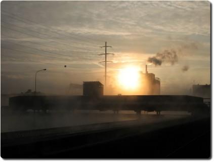 Sonnenuntergang im Kläranlagendampf