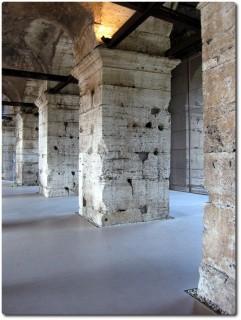 Mächtiger Säulengang im Kolosseum