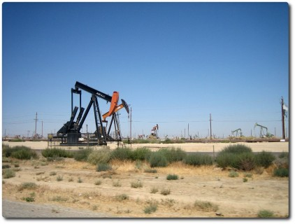 Ölbohrtürme am Strassenrand