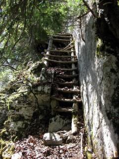 Holztreppen zum Rundloch