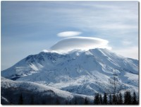 Mount St. Helens mit Kappe und Rauchspuren