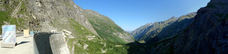 Blick von der Mauerkrone ins Val de Bagnes