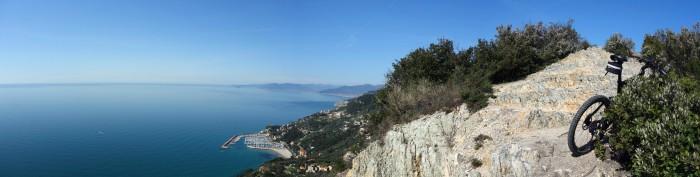 Panorama Manie Hochebene in Richtung Hafen von Finale Ligure