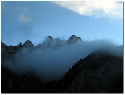Pilatus im Nebel in der Dämmerung