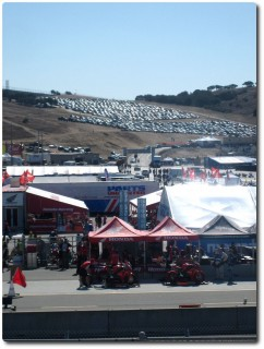 Blick auf den Hauptparkplatz und die Boxengasse