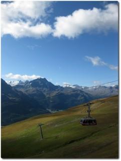 Ausblick von der Terrasse auf die Piz Nair Gondelbahn