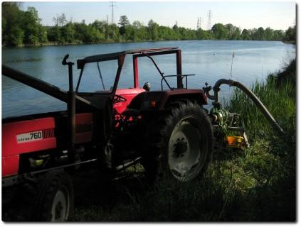 Trocken ist es immer noch - Traktor als Bewässerungspumpe