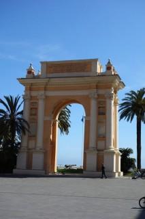 Piazza und Torbogen von Finalmarinaimarina