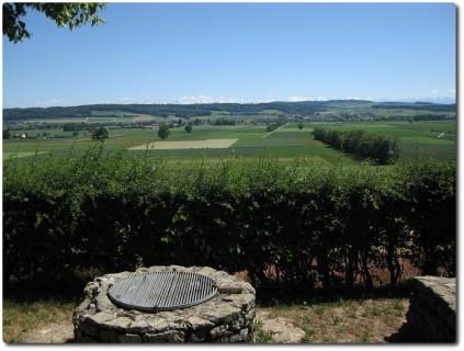 Ruinen eines römischen Gutshofes mit Alpenblick