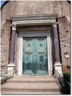 Tempel des Romulus mit Bronzetür