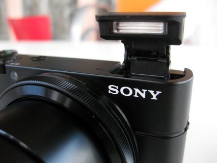 Sony DSC-RX100 Blitz von vorne