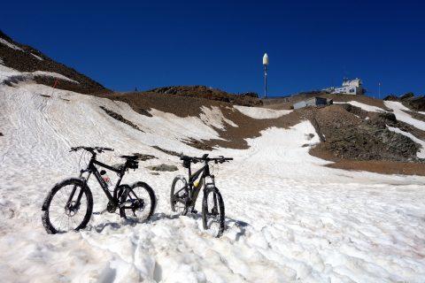 Schneefelder und Bikespass