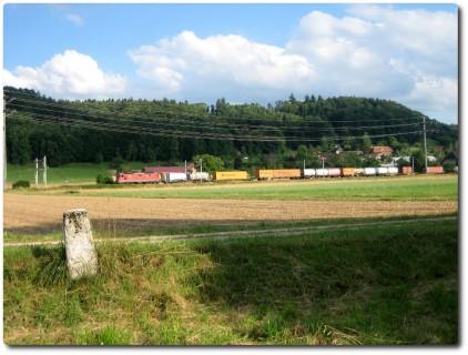 Grenzstein SO - BE und Güterzug