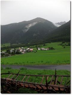 Blick auf den Umbrailpass - Gasthof Alpenrose als weisser Fleck oben rechts