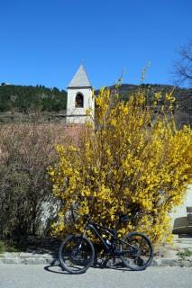 Frühling bei der Kirche St. Lucius