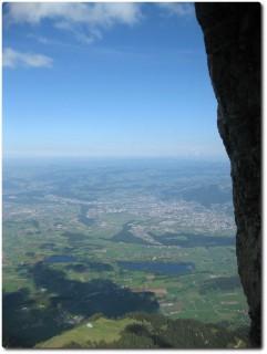 Tunnelblick aus der Stockhornwand auf Thun und ins Mittelland