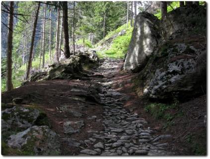 ...und harter Karrweg auf der alten Strasse runter nach Poschiavo