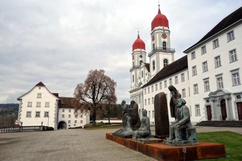 Kloster Sankt Urban - Vorplatz und Skulptur