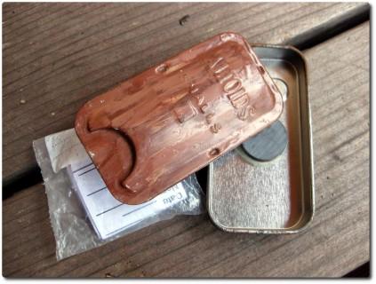 Microcache in magnetischem Bonbons-Kistli