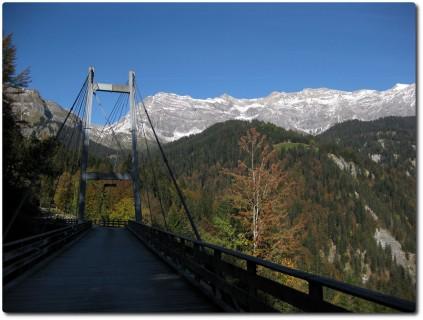 Brücke hoch über dem Taschinas