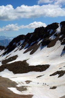 Totälpli mit Restschnee und Mountainbikern