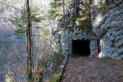 Alte Tunnel in der Steilwand