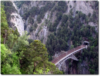 Blick auf den Bietschbachviadukt, die Naturbrücke und die Variante