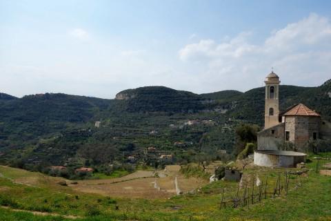 Kirche von Verzi und Blick ins Tal